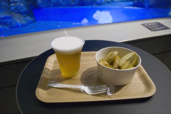 さっそくビールを注文し、水槽脇のテーブル席に陣取る。