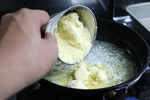 あとはフライパンでバターを温めて溶かしたところに、ゆでたフェットチーネとゆで汁少し、パルメザンチーズをぶちこんで和えろ、ということだ。 正直、作ってるだけで体重が増える気がする。