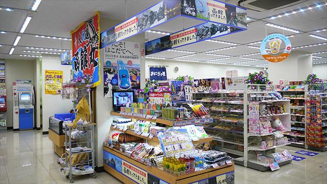 一列を陣取り、食材やグッズがギッシリ。函館をメインにしながら、北海道を代表するものが並ぶ