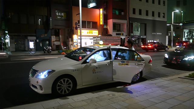 (1:20)タクシーに乗り込むお2人。そうか、その手があったのか