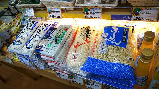 徳島は麺類も豊富。生そうめんやすだち麺、麺を作る工程であまった端っこを集めた「ふしめん」など珍しい麺が並ぶ