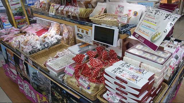 草加せんべいや芋けんぴなどの和菓子から洋菓子までスイーツの割合がすごい。その中でもダントツで人気なのが「十万石まんじゅう」