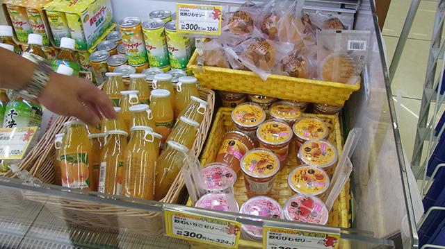 ビワ製品も豊富だ。まるごと入ったゼリーやお酒、ジュース、ジャム、羊羹など