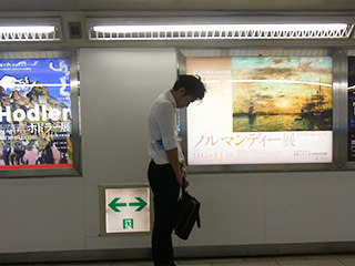 早朝の新宿駅の通路に立ったまま寝てる人がいた。激辛唐辛子の「みまから」をあげたい