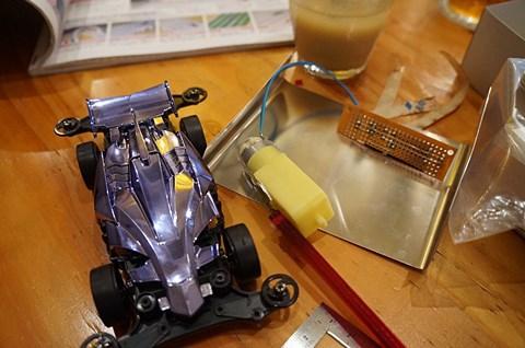 本体のミニ四駆とモーター、そして切り出したアーム。