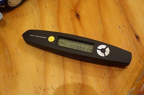 先端のローラーを転がすと距離を測定できる。便利!