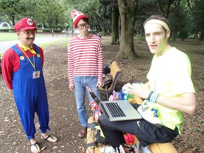 装備について公園の片隅でマリオとウォーリーと共に話を聞く。