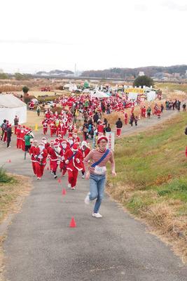 ウォーリーとしてゲストで呼ばれ、聖蹟サンタマラソンで先導を勤めた事もあり。ウォーリーが率いるサンタ集団。カオスだ。