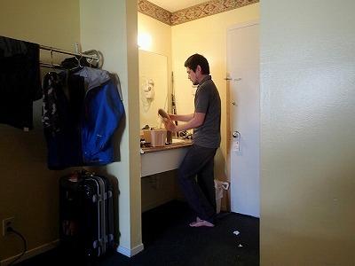 調理はモーテルで。宿に着くと靴を脱がずにはおれない辺り、つくづく日本人だ。