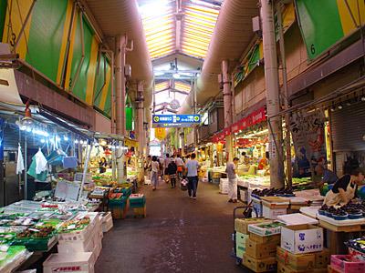 市場らしくない広々とした通路。朝9時から営業の店が多いので、早朝に訪れないように注意。