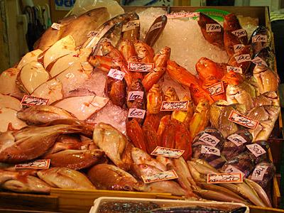 新鮮な魚に圧倒されてしまった。左上にウスバハギが売られているのがポイント高い。