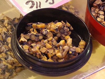 ヒョウ柄のおねえさんに試食を勧められた、これが豆板というものらしい。そのまま食べたり、炙ったり、豆ごはんにするらしい。