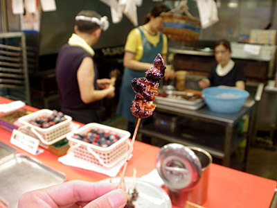 そして食べ歩きといえば、ドジョウの串焼きなんていうのも売っている。