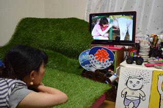 乳搾りの映像(テレビ)効果で、まずます芝生感は高まる。