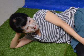 芝生でゴロゴロしながら顔パック。家ならでは。