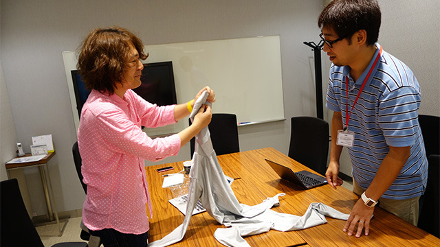 販促記事の協力だと思ってやってきたら全身タイツを着るように言われて驚く吉田さん