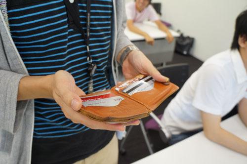 石川捜査官が手帳のように手にしていたのは、おさいふ