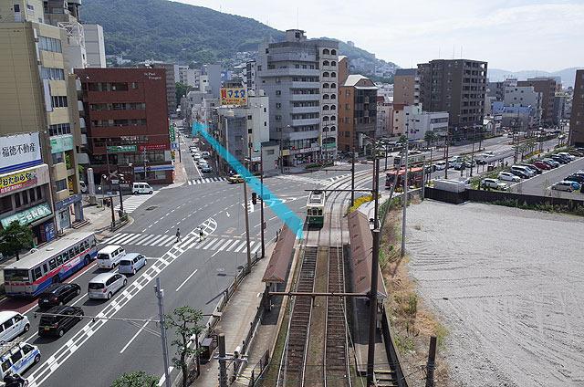 現在国道沿いに右へ曲がっているが、かつては左だった。先には長崎大学病院がある。