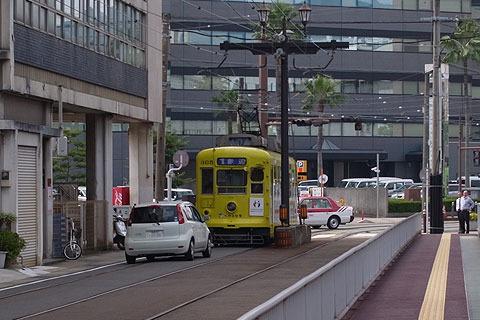 路面電車と車が同じ道を走る。長崎ではココが唯一。