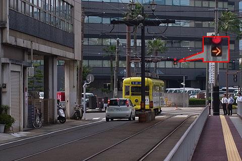 信号待ちをしていたが、黄色の信号が出て電車はゴー。 長崎に来たばかりの頃は頭の中が「?」でいっぱいになった。