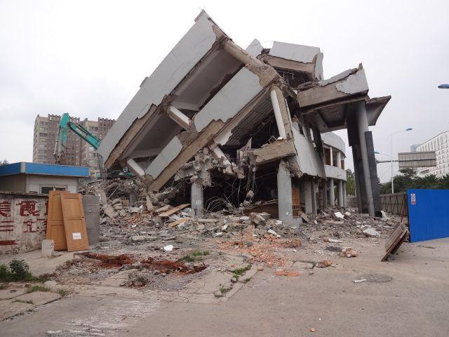 一方でビルを建てるために既存の建物をどんどん破壊。 ダイナミック破壊工事なのでフェンスもあまり意味がないようだ