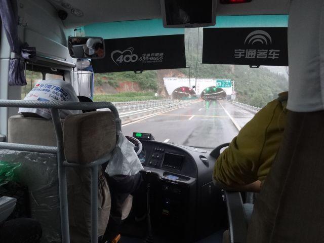 橋ありトンネルあり、高速道路で白川郷に向かう気持ちになった