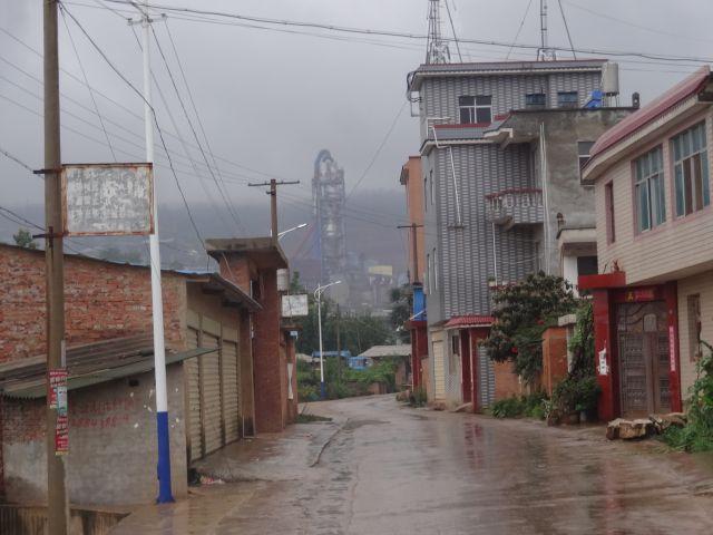 「何官営」の村。奥の映画で出てきそうな工場群に目が奪われる