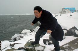 日本最北端で風に煽られるニフティ平岩部長(2006年当時)