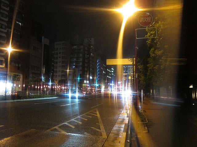 僕のメガネ。遠くの車が光の塊のようになってしまった。