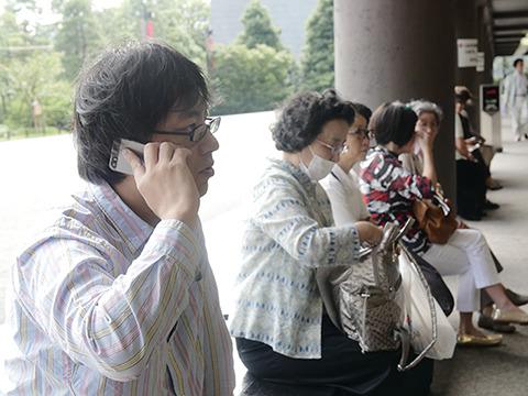開演一時間前の10時に同じくこのサイトのライターである西村さんと待ち合わせ。周りはおばちゃんばかりだ