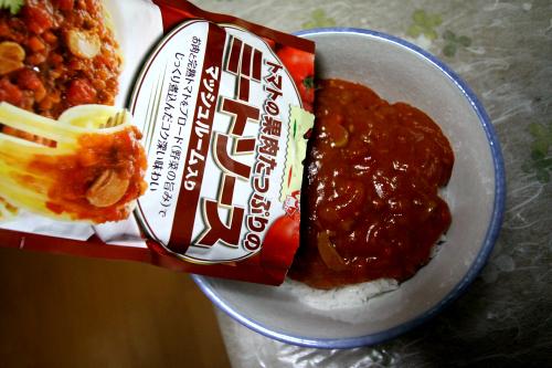 スパゲティソースをかける(温めるのは時間がかかるので常温のままで)