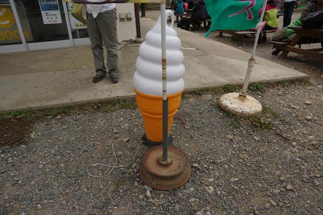 ソフトクリームとの競演。筑波山の強風にもびくともしない。
