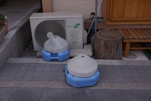 プラとコンクリートのコラボ!缶の上に乗ってかっぽかっぽ歩いたおもちゃを思い出す。