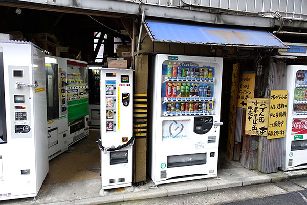 奥までミッシリ自販機が詰まっています! ちょっとエロ自販が売られていそうな雰囲気ですが、NO エロです