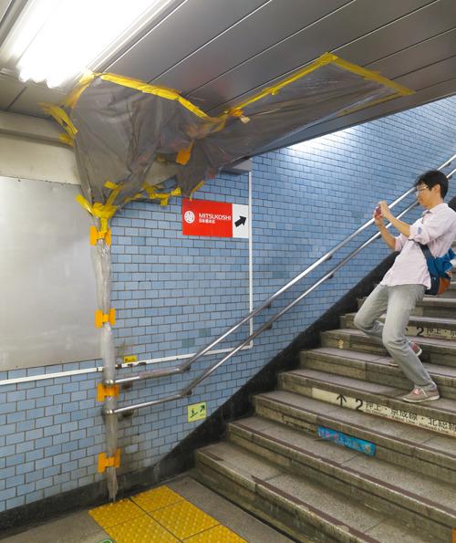 黄色いテープが警告を兼ねているのかしら。日本橋駅。