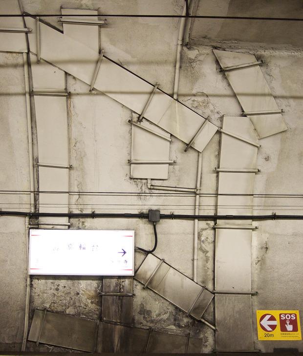 これは恒久的な対策を目指したもの。だが手仕事感がすごい。浅草線高輪台駅の壁。「高輪台駅の壁がすごい」より。