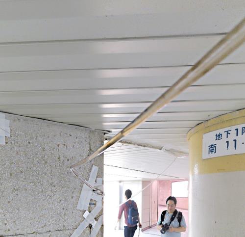 こっちと向こう、2箇所の漏水箇所からなるべく人の邪魔にならないように一直線に柱に向かって滑空し、