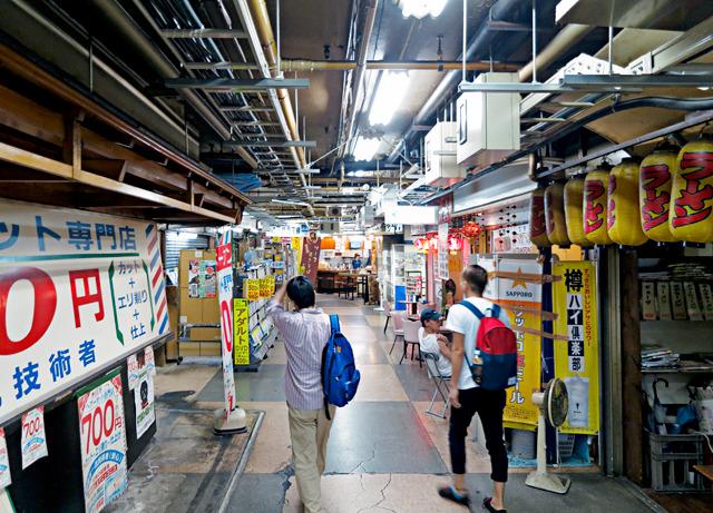 神田、三原橋とあいついで古い地下街がなくなってしまって、ちょっと心配だったのだが変わらずたたずまいで安心。左に見えるのは「浅草にある700円の床屋さん」の店。
