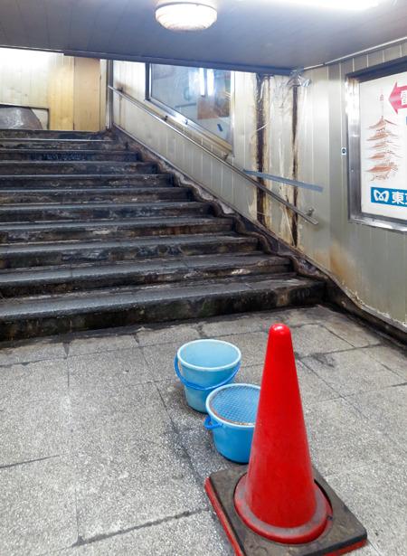 かと思えば駅もれなしで漏水の下にバケツを置いただけの対応も。新宿や東京駅ではありえないおおらかさ。