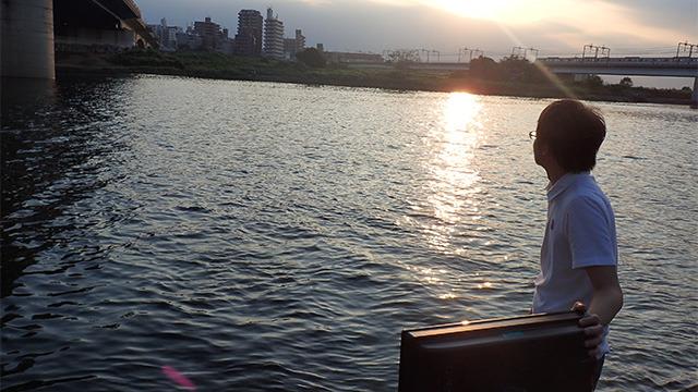 東京)リモコンの光を待ち受ける