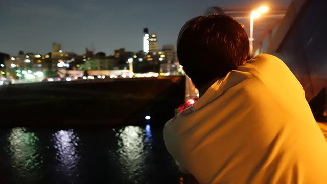 河原で青く光るテレビに向かって打つ。テレビの光が水面に写って美しい