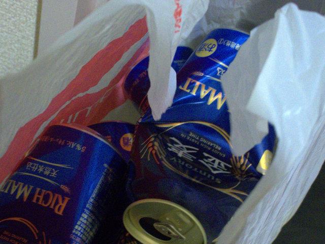 中身は翌日捨てるつもりの空き缶。