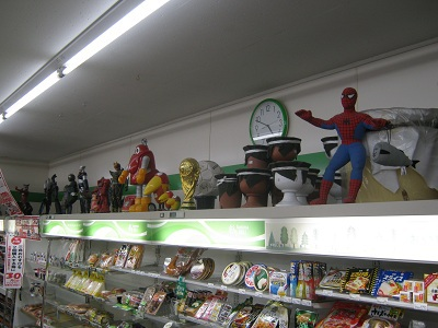 冷蔵コーナーの上にはフィギュアや人形がディスプレイ