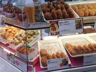 うめだ阪神百貨店に移動し「神戸コロッケ」へ。棚にビールの見本が置いてあった。分かってらっしゃる!