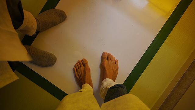 床には粘着テープ(白い部分が全部べとべとしてる)。裸足で来たことを後悔した。