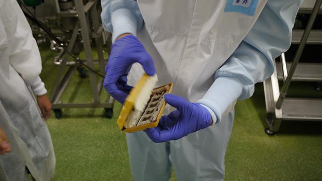 できたままの製品はまだクリームが固まっていない状態。ほとんどソフトクリームくらいの硬さである。