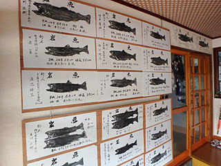 朝日屋さんには大きなイワナの魚拓がたくさん張られていた。タキタロウは、やはりイワナの仲間なのだろうか。
