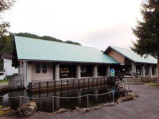 こちらが朝日屋の目の前にあるタキタロウ館。釣り堀やキャンプ場が併設されている。