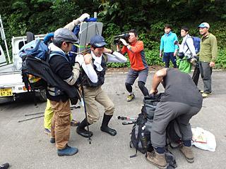 朝日屋から車で30分移動した駐車場からは、荷物を分散して徒歩で大鳥池を目指すこととなる。
