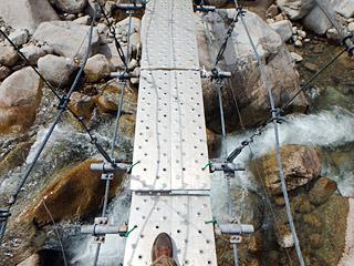 ほどほどに揺れてくれる吊り橋は、なかなかの怖さでした。